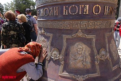 На колоколе выгравированы 8 икон и 5 ангелов, а также надпись