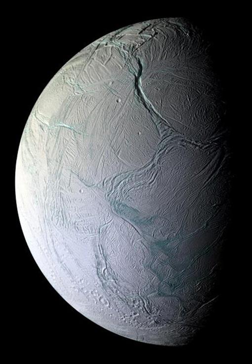 Шарик Энцелада весь покрыт льдом. Фото: НАСА