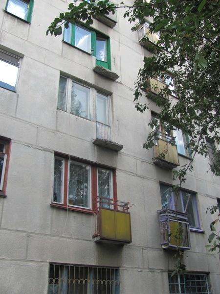 Балкон был настолько ветхим, что не выдержал веса женщины. Фото: пресс-служба ГУМВД Украины в Луганской области