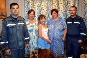 Девочка в окружении родственников и спасателей. Фото mns.gov.ua