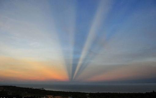 Скорее всего иллюзию дороги создают лучи, бьющие сквозь облака на горизонте Фото: Синьхуа