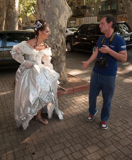 Гаишник провел за руку Екатерину на тротуар. Фото: Максим Войтенко
