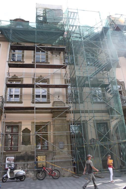 Со дня на день с фасада каменицы снимут строительные леса и сетку. Фото: автор.