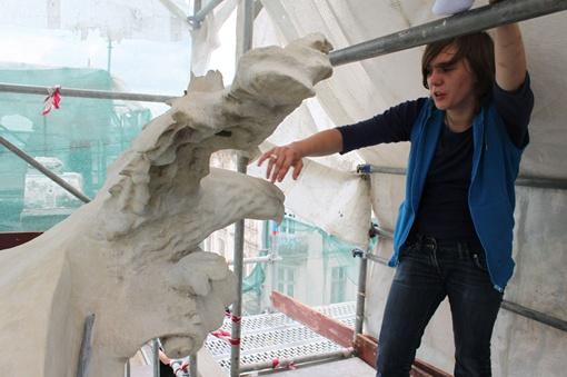 По словам реставратора Любови Булгаковой, все статуи дворца рассыпались прямо на глазах. Фото: автор.