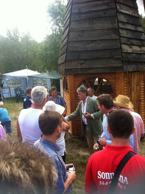 Виктор Андреевич общается с посетителями фестиваля. Фото с сайта 0352.com.ua