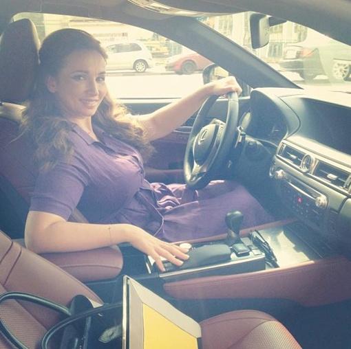 Чехова выбирает новое авто. Фото: instagram.com