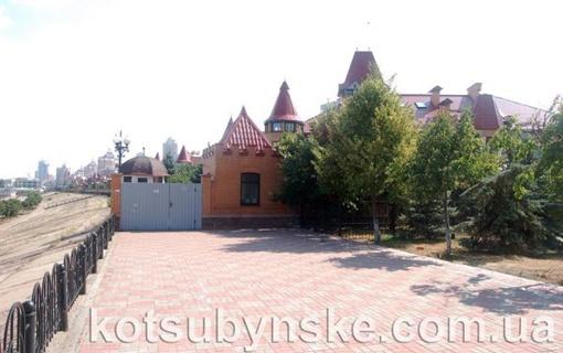 Двухэтажный особняк находится в Киеве на Оболонской набережной. Фото сайта