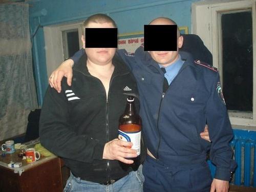 На фото сотрудники пьют и курят в своих рабочих кабинетах. Фото: соцсети