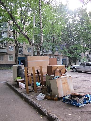 Нехитрые пожитки пенсионерки на днях снова выбросили во двор новый владелец квартиры и его помощники. Фото: автор.