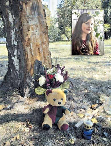 На место трагедии люди несут цветы и игрушки. Фото: автор и