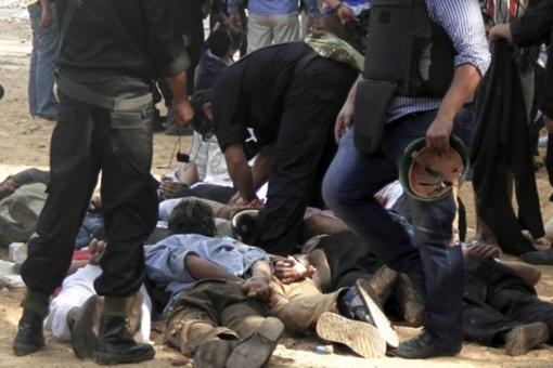 Власти Египта начали разгонять лагерь сторонников свергнутого президента Мурси в Каире. Операция закончилась кровавыми столкновениями. Фото: REUTERS