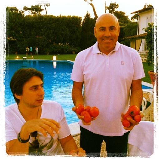 Пригожин угощает гостей помидорами. Фото Twitter Пригожина.