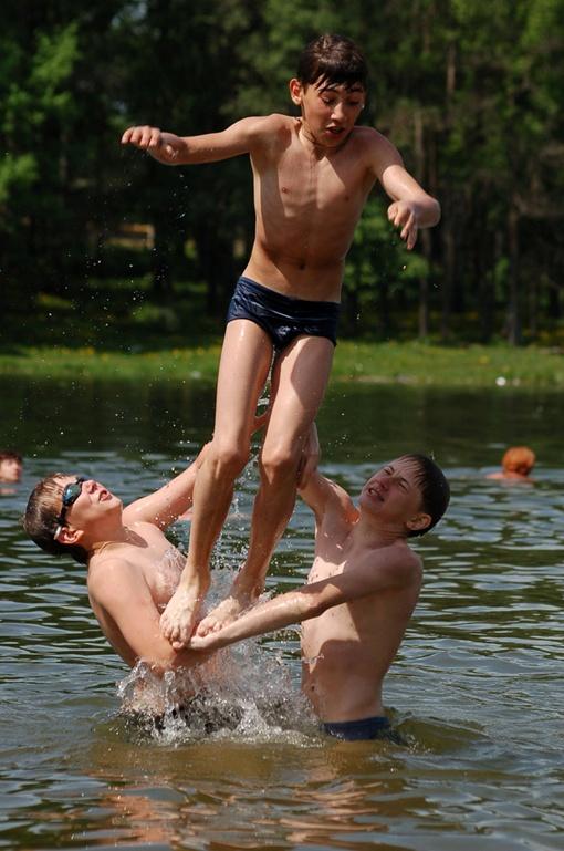 Несмотря на запрет купания, взрослые и дети с удовольствием плещутся в местной реке Днестр.