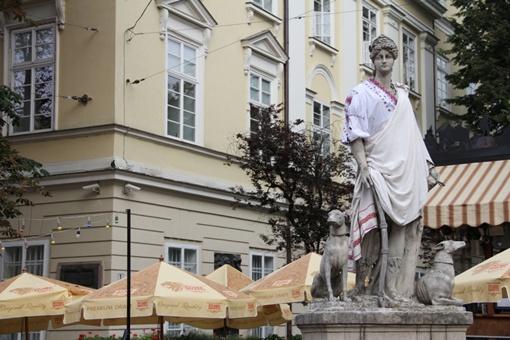 В украинских национальных одеждах скульптуры простоят до начала сентября. Автор фото Марьяна Щепанская.