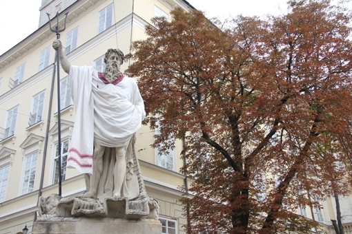 Традиционно в День флага и вышиванки скульптуры одели украинские сорочки. Автор фото Марьяна Щепанская.