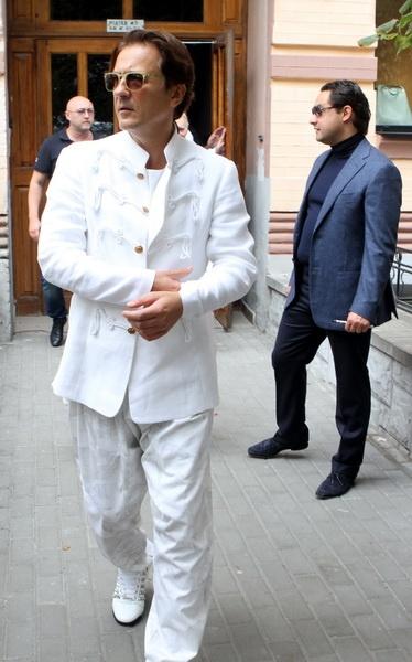 И тут появился Олег Меньшиков, весь в белом. Фото: Павел ДАЦКОВСКИЙ
