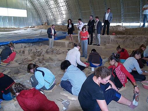 На раскопках в Гонцах задействованы не только археологи, но и местные школьники. Фото: museums.org.ua.