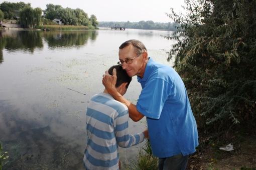 Спасенный благодарит мальчика. Фото: пресс-служба ГСЧС в Запорожской области.
