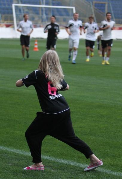 Дочь президента клуба показывает игрокам, как надо разминаться. Фото: Павел ДАЦКОВСКИЙ