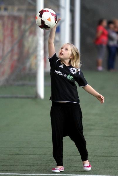 Может, эта очаровательная девочка приносит эстонцам удачу? Фото: Павел ДАЦКОВСКИЙ