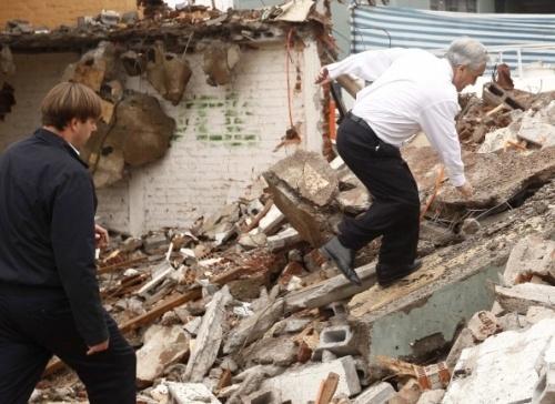 Себастьян Пиньера стал взбираться на груду обломков разрушенного дома… Фото: REUTERS