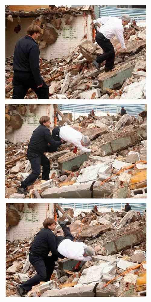 …и покатился бы вниз, если бы его не поддержал глава местной районной администрации Фото: REUTERS