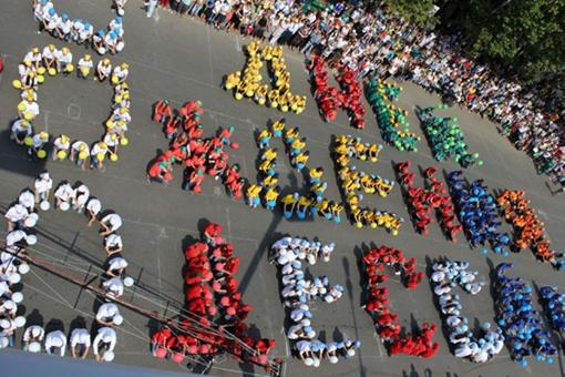 Около 600 ребят провели праздничный флешмоб