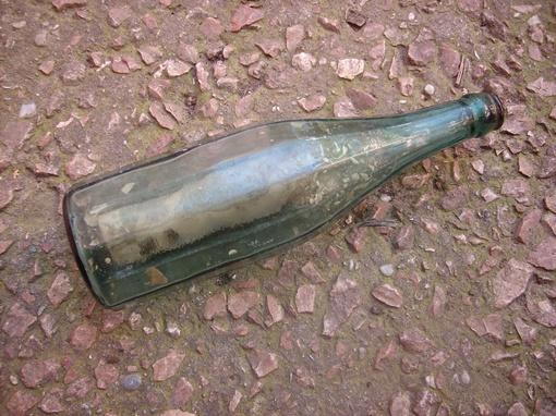 Та самая бутылка из-под водки, в которой находилась записка с данными о погибшем солдате. Фото: предоставлено Севастопольским объединением поисковых организаций