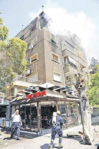 Ракета мятежников угодила в жилой дом в пригороде Дамаска Аль-Малики. И унесла несколько жизней... Фото: РЕЙТЕР.
