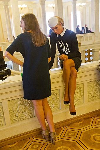 Телеведущая Катя Осадчая в очередной раз удивила депутатов своим нарядом. Фото: Максим ЛЮКОВ.