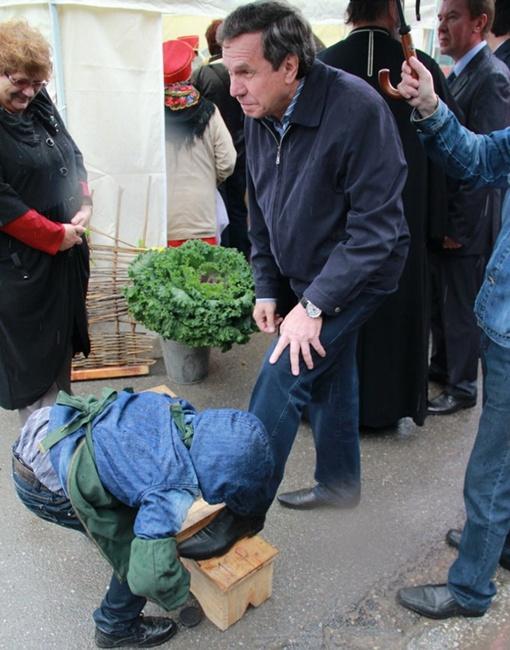 Кадр, как ребенок чистит новосибирскому мэру ботинок стал хитом в Интернете. Фото: Алексей КОШЛЯКОВ