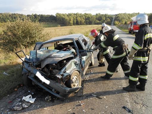 Чтобы достать пострадавших из разбитого автомобиля, пришлось на место ДТП вызывать спасателей. Фото УГАИ и Госслужбы ЧС в Полтавской области
