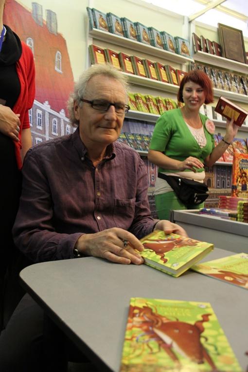 Возле Джереми Стронга, который проводит автограф-сессию, самые большие очереди. Фото: Татьяна МЕШКО.