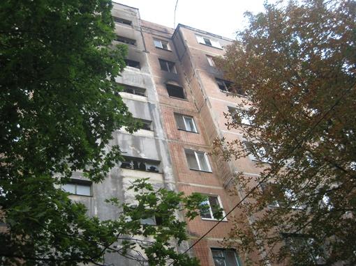Спасаясь от огня, люди прыгали из окон (третий этаж сверху). Фото: Юлия ДОМАШОВА