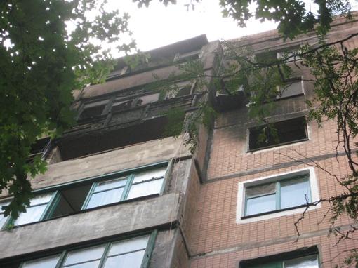 Пожар начался с двухкомнатной квартиры на седьмом этаже (третий балкон сверху). Фото: Юлия ДОМАШОВА