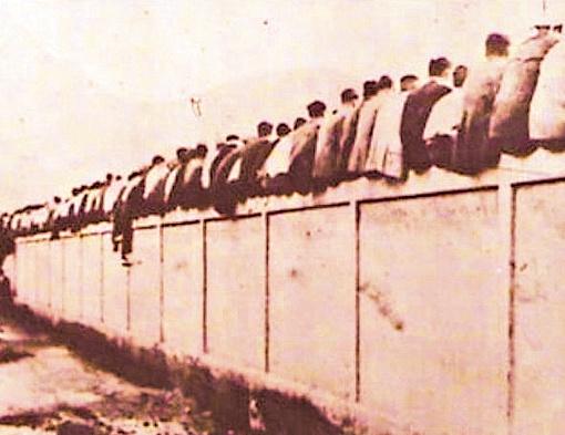 …а в прошлом веке для поддержки команды приходилось, сидя на заборе, демонстрировать прохожим свои
