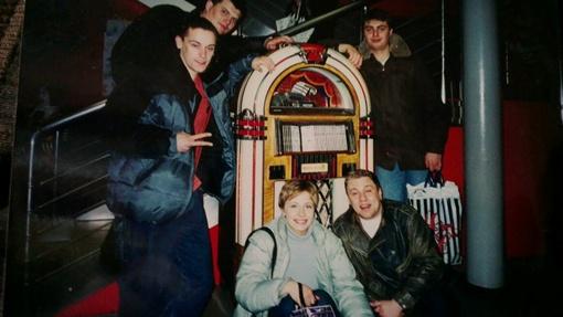 Узнаете? Елена с друзьями в конце 1990-х (рядом с Кравец - Александр Пикалов, слева на втором плане - еще довольно худенький Юрий Корявченков).  Фото: личная страница в Facebook