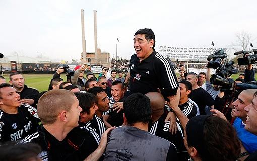 Это сейчас Марадона может шутить по поводу бурного прошлого, но во время длительных дисквалификаций ему было не до смеха. Фото: Рейтер.