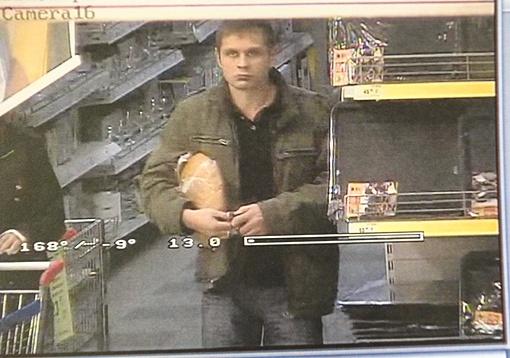 По этому кадру с видеокамер, на котором Мазурок идет по супермаркету, вся страна узнала, как выглядел убивший охранников