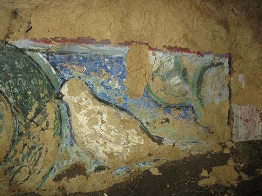 Стены изуродованы варварскими надписями, но все же сохранились старинные росписи. Фото: Ирина Голубева.