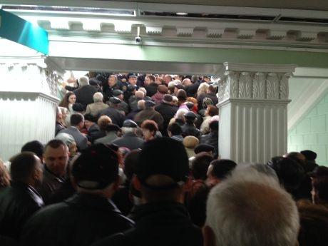 Люди рвутся на второй этаж, к мэру. Фото: пресс-служба партии УДАР