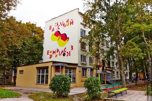 Обычную пятиэтажку превратили в Дом Ермилова. Фото: сайт Харьковского горсовета, соцсети.