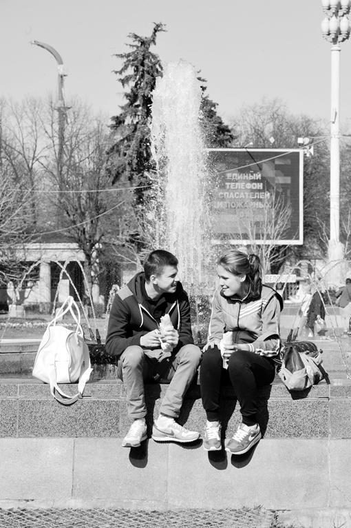 Молодежь любит разгульную жизнь, но старается тратить деньги с умом. Фото: архив