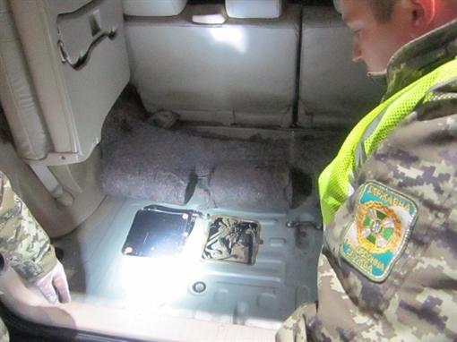 Деньги нашли во втором бензобаке автомобиля. Восточное региональное управление Госпогранслужбы Украины.