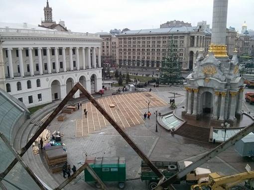 За пару часов коммунальщики убрали площадь и начали работы по подготовке Майдана к Новому году. Фото: www.facebook.com/EuroMaydan