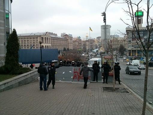 Даже случайных прохожих не пускают на главную площадь страны. Фото: www.facebook.com/EuroMaydan