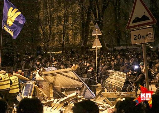 Зачистка баррикад у правительственного квартала. Фото: БЕРОЕВА Нигина
