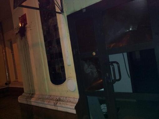 Неизвестные облили краской и выбили стекла в двери офиса. Фото: twitter.com/TukvaSociopat