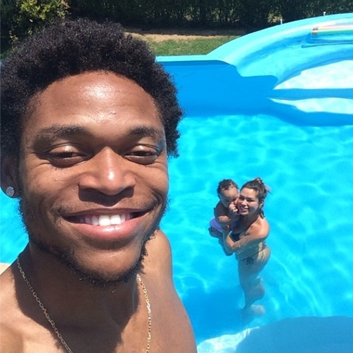 Луис Адриано показал супругу с дочерью в бассейне, фото: instagram.com