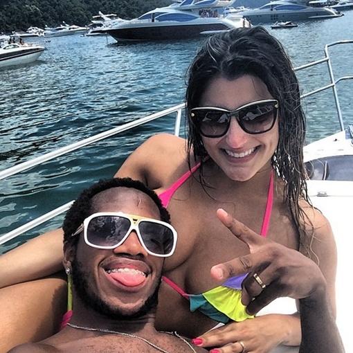 Фред нежится под солнцем на яхте с любимой девушкой, фото: instagram.com